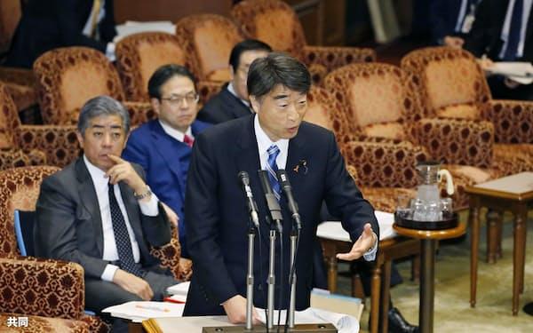 参院予算委で答弁する根本厚労相(26日)=共同