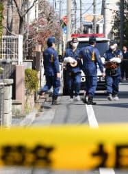 女性が刺された現場周辺を調べる警視庁の捜査員(27日午前、東京都杉並区)