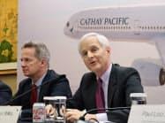 キャセイパシフィック航空はLCC取り込みへ方針転換する(同社のスローサー会長(右))