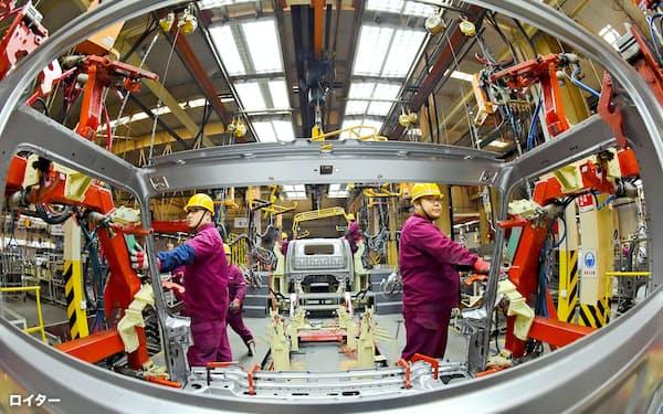 中国経済はPPPベースで米国を超える(2018年11月、山東省の自動車工場)=ロイター