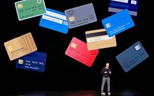3月25日のアップル・カード発表会見でアップルのティム・クックCEOは、クレジットカード界で「50年に1度」の革新と語った=ロイター