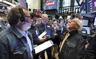 リーバイ・ストラウス上場を記念して、デニムで着飾った人が集まるニューヨーク証券取引所のトレーディングフロア=AP