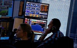銀行はトレーダーによる不正の兆候をつかもうと、AIを活用して会話やメールなどの監視に動き出した=ロイター