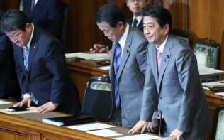 参院本会議で19年度予算案が可決、成立し一礼する安倍首相ら(27日)