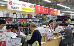 「ペイペイ」の還元キャンペーンで販売が増えた(新宿西口店)