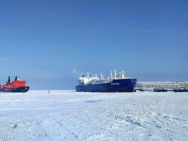 砕氷船によるLNGの輸送が本格化している(ロシア・ヤマル半島の積み出し基地)=ロイター