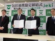 協定を結んだ柳田清二・佐久市長(右から2人目)と原口宰・ジェイアール東日本企画社長(同3人目)