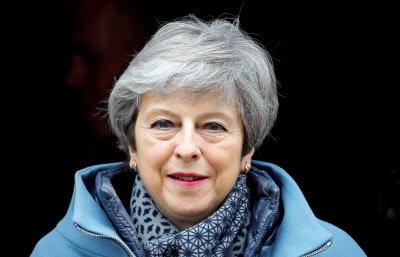 27日、首相官邸から議会に向かうメイ英首相=ロイター