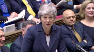 メイ首相は議会主導によるEU離脱をけん制する(27日、英議会)=ロイター
