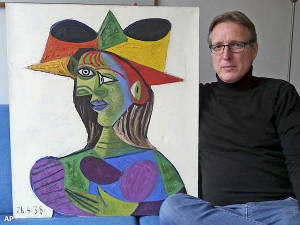 回収されたピカソの絵とアーサー・ブランド氏=同氏提供・AP