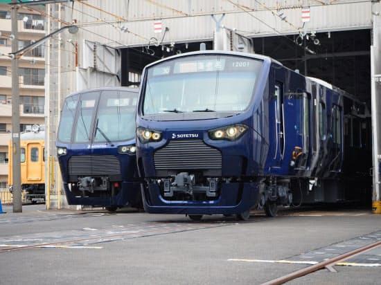 公開した新型車両12000系(右)