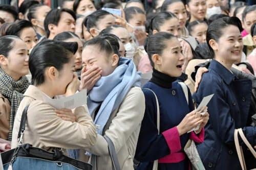 宝塚音楽学校の合格発表で、自分の番号を見つけて喜ぶ受験生ら(28日午前、兵庫県宝塚市)=共同