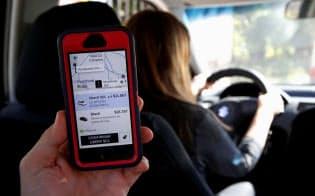 行き先までの道案内や運賃を表示するウーバーのアプリ=ロイター