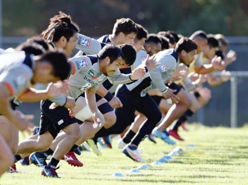 強化試合に向けて調整する日本代表候補選手たち(28日、ポリルア)=共同