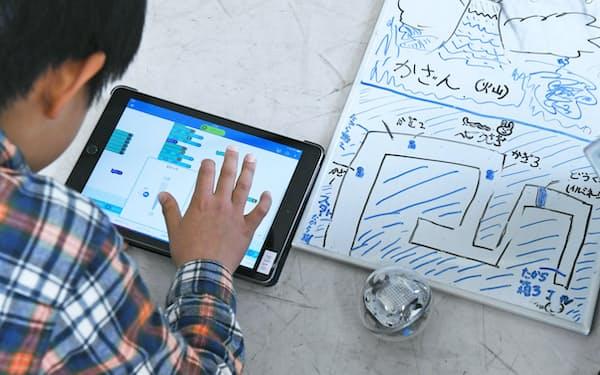 図工の授業で球形ロボット「スフィロ」を使い、プログラミングを学ぶ児童(埼玉県戸田市の戸田市立戸田南小学校)