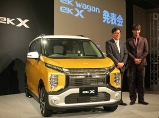 新型軽「eK」を発表する三菱自動車の益子修会長兼CEO(左)=東京都品川区