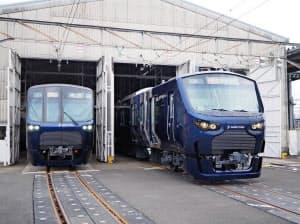 直通運転に使われる新型車両12000系(右)(28日、神奈川県海老名市)