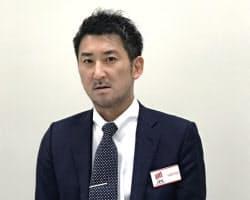 記者会見するNATTY SWANKYの井石裕二社長(28日午後、東証)