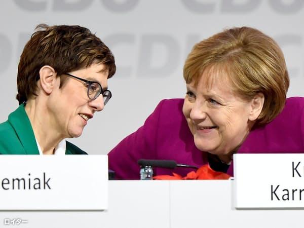 首相はメルケル氏(右)、与党党首はクランプカレンバウアー氏(左)という役割分担で政権の延命を図るドイツ(写真はロイター)