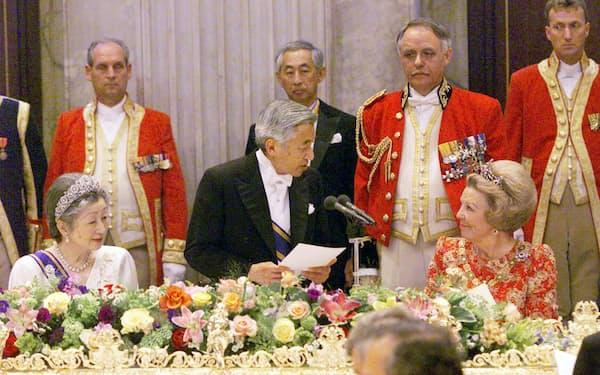 晩さん会でお言葉をのべられる天皇陛下。右はベアトリックス女王(2000年5月、アムステルダム王宮)=写真 竹邨章
