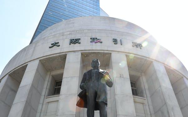 大阪取引所を設立した五代友厚の像(大阪市中央区)