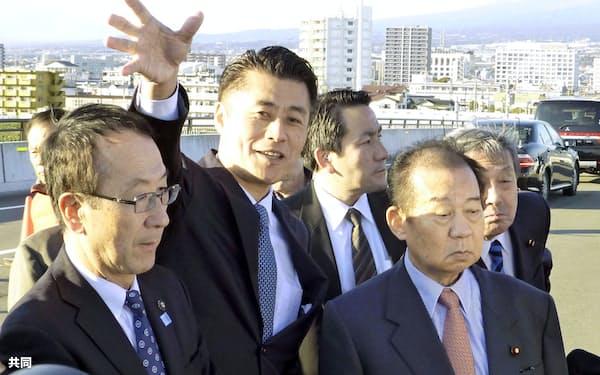 細野氏(中央)の地元を訪れた二階幹事長(右)(9日午後、静岡県富士市)=共同