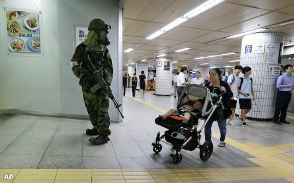 韓国は出生率が下がっている(ソウルの地下鉄の駅)=AP