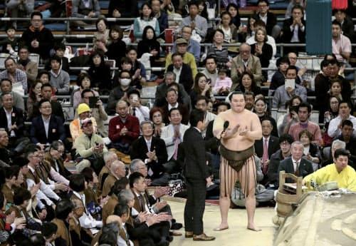 24日、大相撲春場所で優勝し、インタビューの最後に観客と三本締めをする横綱白鵬関(大阪市のエディオンアリーナ大阪)=共同
