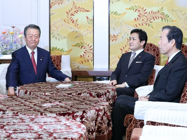 会談に臨む国民民主党の玉木代表(奥右)と自由党の小沢共同代表(同左)=28日、国会内