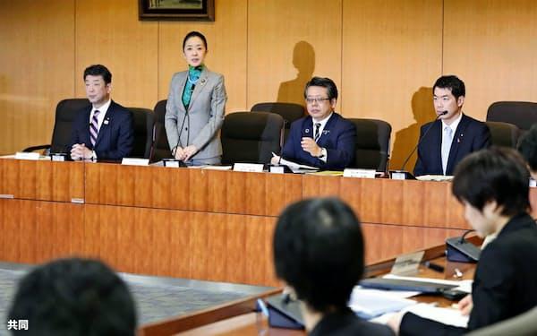 厚労省と文科省が合同で開いた、児童虐待死の再発防止に関する会議であいさつする浮島智子文科副大臣(左から2人目、28日)=共同
