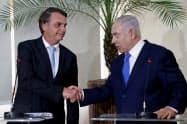 大統領就任直前にイスラエルのネタニヤフ首相(右)と会談するボルソナロ氏(2018年12月28日、リオデジャネイロ)=ロイター