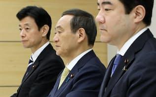 元号選定手続検討会議に臨む菅官房長官(中)ら(29日午前、首相官邸)