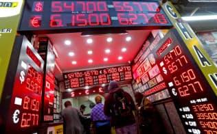 トルコ通貨は乱高下に見舞われた(28日、イスタンブールの両替所)=ロイター