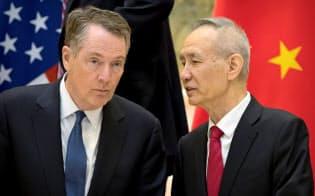 米国のライトハイザーUSTR代表(左)と中国の劉鶴副首相は貿易協議を再開したものの、合意までには多くの障害が待ち受けている=ロイター