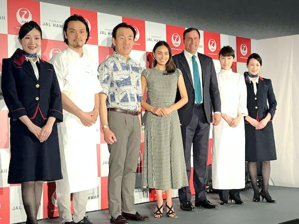 発表会にはイメージキャラクターを務めるモデルの長谷川潤さん(中央)が登場した(29日、東京都千代田区)
