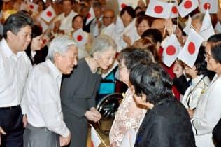 残留日系2世らに声をかける天皇、皇后両陛下(2016年、フィリピン・マニラ)