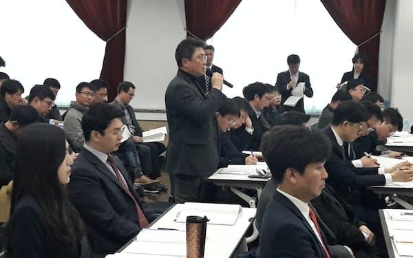 韓進KALの取締役選任案について質問する株主(29日、ソウル)