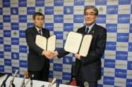 合意書を結んだ(左から)静大の石井潔学長、浜松医大の今野弘之学長(29日、静岡市)