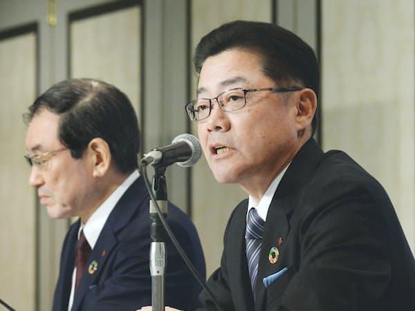 十倉社長(左)から経営のバトンを受ける岩田専務執行役員(2月、東京都千代田区)