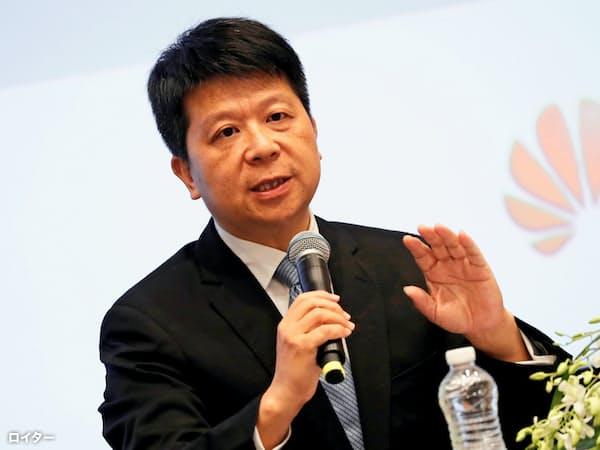 記者会見するファーウェイの郭平・輪番会長(29日、広東省深圳)=ロイター