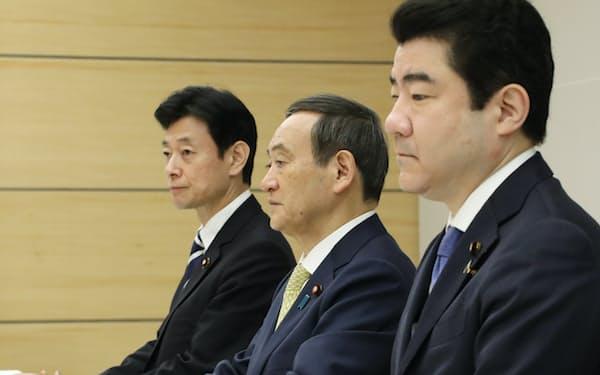 元号選定手続検討会議に臨む菅官房長官(中)(29日午前、首相官邸)