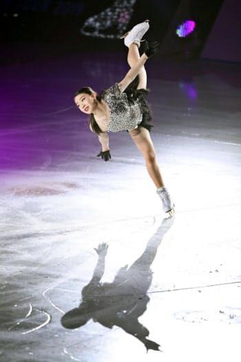 アイスショー「スターズ・オン・アイス」の大阪公演で演技する紀平梨花(29日、東和薬品ラクタブドーム)=共同