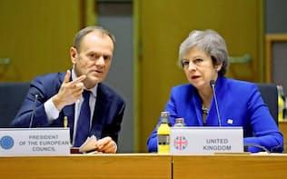 EUのトゥスク大統領(左)は、メイ首相(右)の離脱協定案が否決されたのを受け、臨時EU首脳会議の開催を決めた(ロイター)