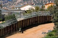 米メキシコ国境をパトロールする米当局の監視員=ロイター