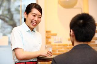 デニーズは店舗によっては時給を割り増し人手を確保する(都内の店舗で)