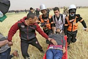 イスラエルへの抗議活動に参加し、負傷したパレスチナ人(30日、ガザ)=ロイター