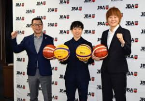 バスケットボールの東京五輪出場が決まり、笑顔を見せる女子日本代表の高田(右)ら(31日、東京都文京区)