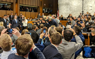 ワシントンでの公聴会に臨むザッカーバーグ氏(左)。同社のビジネスモデルの「逆回転」はこの時に始まった