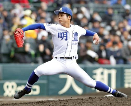 龍谷大平安戦に2番手で登板した明豊・若杉(31日、甲子園)=共同
