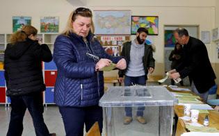 31日、統一地方選で投票する有権者ら(アンカラ)=ロイター